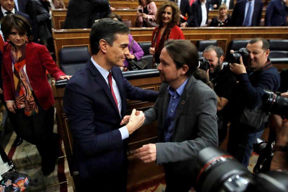 Pablo Iglesias y Pedro Sánchez se felicitan después de conseguir los apoyos para formar el Gobierno de Coalición.