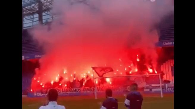 Aficionados con bengalas antes del Deportivo de La Coruña-Racing Ferrol.