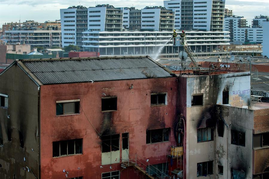 Estado en el que ha quedado la nave incendiada de Barcelona.