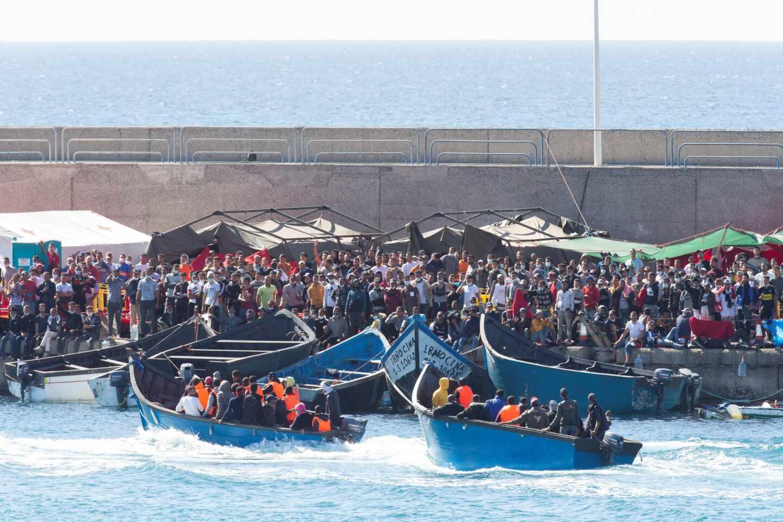 Pateras cargadas de inmigrantes, en el muelle de Arguineguín.
