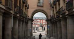 Una de las entradas a la céntrica Plaza Mayor de Madrid, vacía durante el estado de alarma.