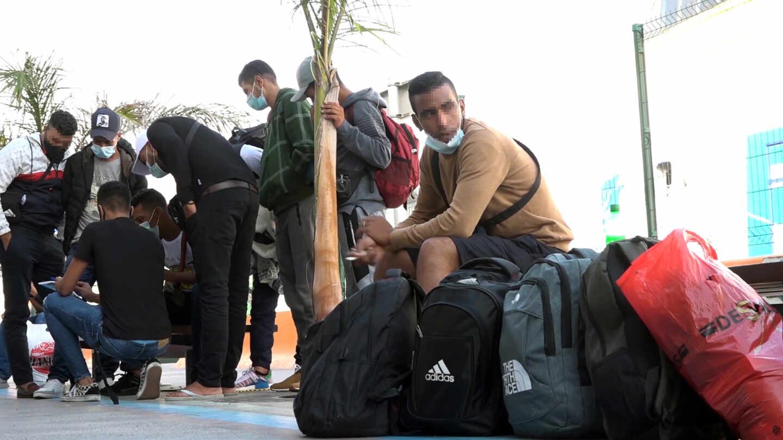 Un grupo de migrantes espera a tomar un barco en la terminal de Santa Cruz de Tenerife.