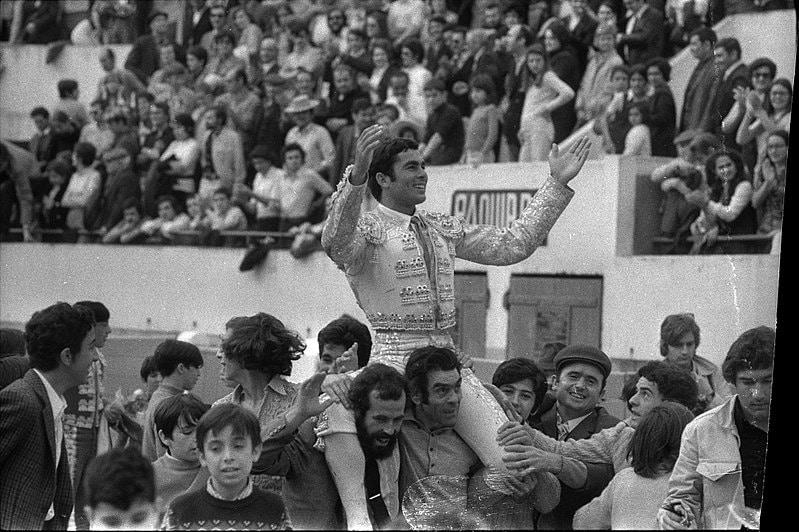Paquirri sale a hombros de una corrida en 1971.