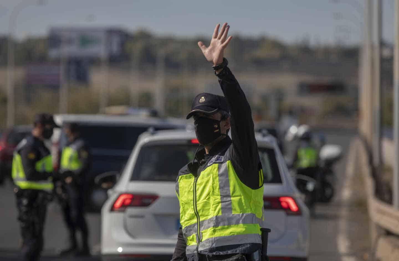 Agentes de la Policía Nacional, en un control a la salida de Sevilla.