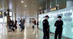 Policías nacionales en el aeropuerto de Barajas.