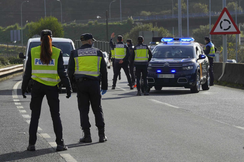 Agentes de la Policía Nacional, durante un control de movilidad en una carretera gallega.