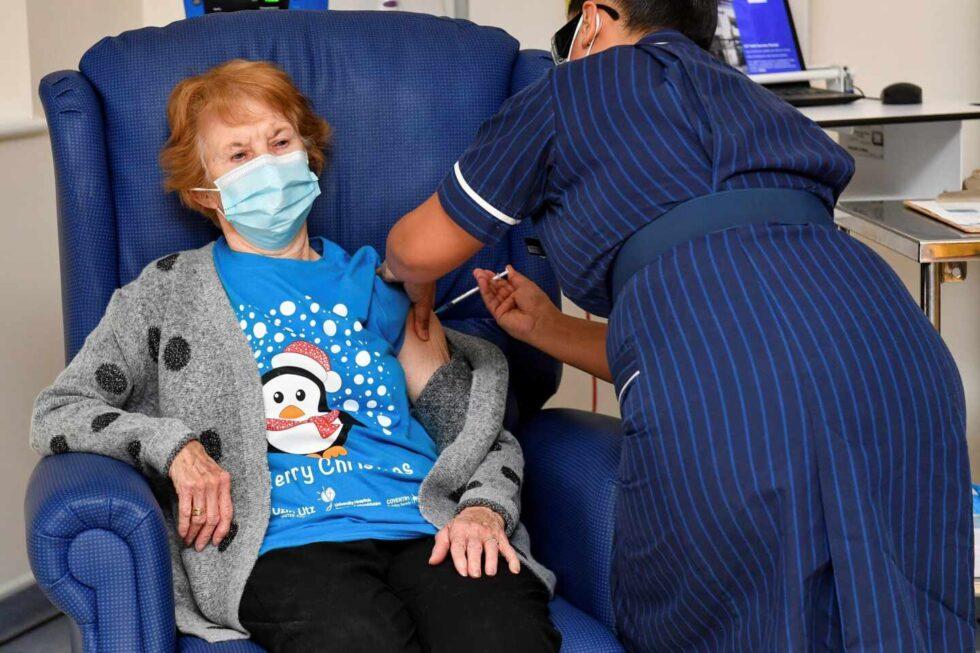 Margaret Keenan, una británica de 90 años, primera persona en acunarse contra la Covid-19.