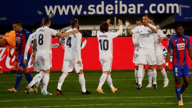 Los jugadores del Real Madrid celebran el gol de Luka Modric contra el Eibar.
