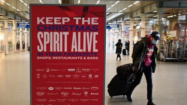Un pasajero carga con su maleta en una estación de tren en Londres.
