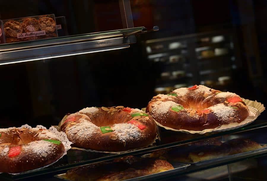 Roscones de reyes en una pastelería.
