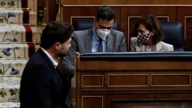 Gabriel Rufián, frente a Pedro Sánchez y Carmen Calvo en el Congreso de los Diputados.
