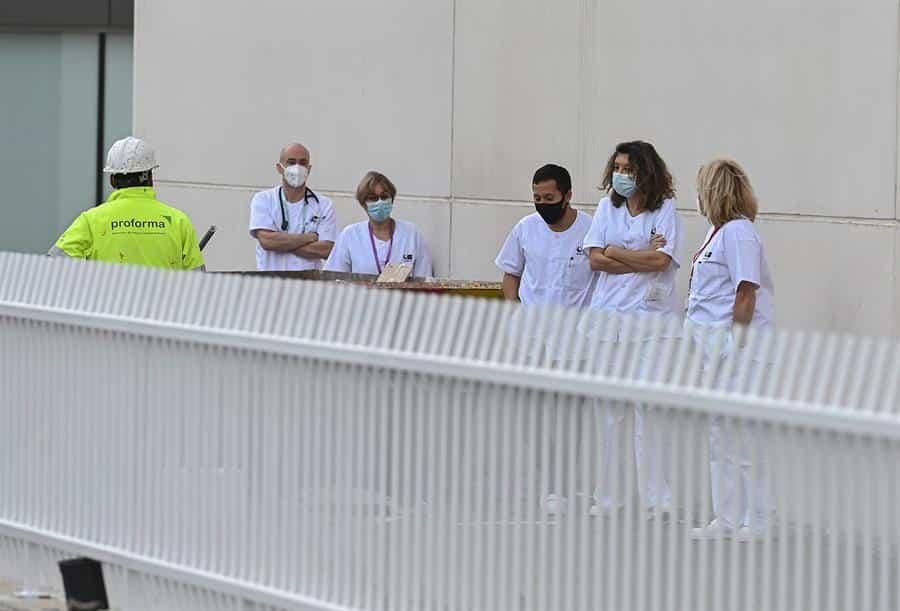 Sanitarios preparados para recibir pacientes en el hospital Isabel Zendal.
