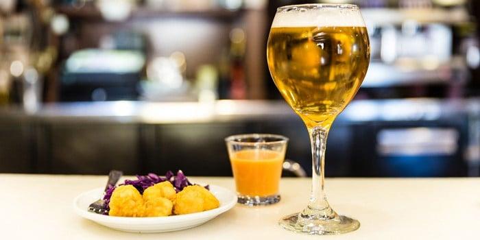 Tapas y cerveza, típicas de Granada.