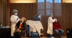 Sanitarios realizan un cribado con test de antígenos en Barcelona.