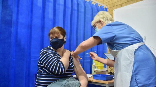 Una mujer recibe la vacuna de Pfizer en el Reino Unido.