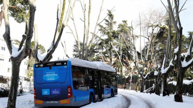 Un autobús de la EMT atrapado en la nieve.