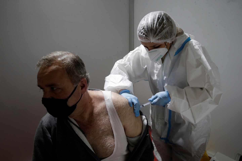 Un ciudadano serbio recibe la vacuna en Belgrado