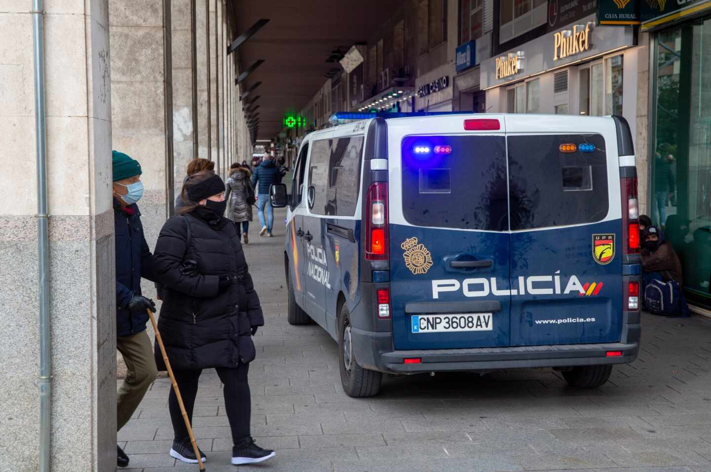 La Policía vigila el cumplimiento de las restricciones contra el Covid-19 en Logroño, en La Rioja.