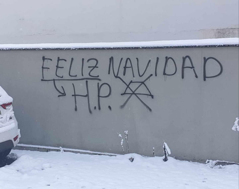 Pintada aparecida frente a la vivienda de la familia de una de las mujeres agredidas.