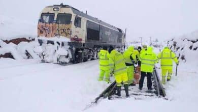 La UME inicia su despliegue en Aragón, donde siguen embolsados casi 1.900 camiones