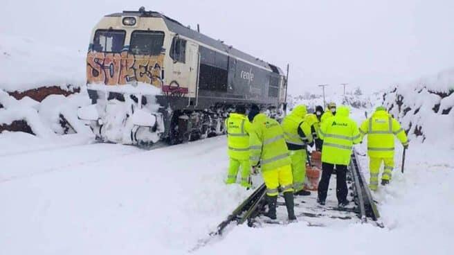 Trabajos de retirada de la nieve en vías Teruel, tras el paso de la borrasca Filomena.