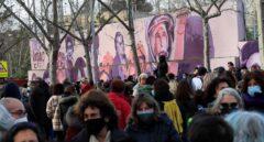 """Centenares de personas se concentran para que no """"borren"""" un mural feminista en Madrid"""