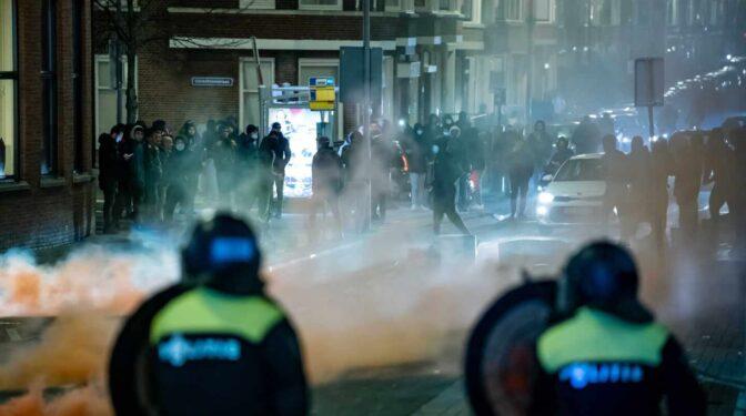 Cuatro días de disturbios en Países Bajos tras instaurar el toque de queda a las 21 horas