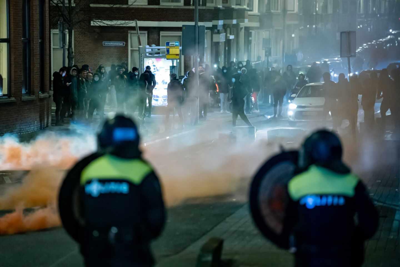 Un grupo de jóvenes busca enfrentarse a la policía en Róterdam, Países Bajos.