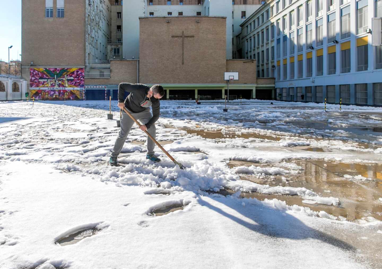 Nieve en un colegio de Zaragoza.
