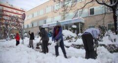Voluntarios limpian la entrada del hospital Gregorio Marañón de Madrid.
