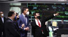 El presidente del Gobierno, Pedro Sánchez, visita el Centro de Control del AVE, en Madrid.