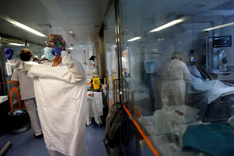 Profesionales sanitarios trabajan en una de las UCI del Hospital Clínic de Barcelona.