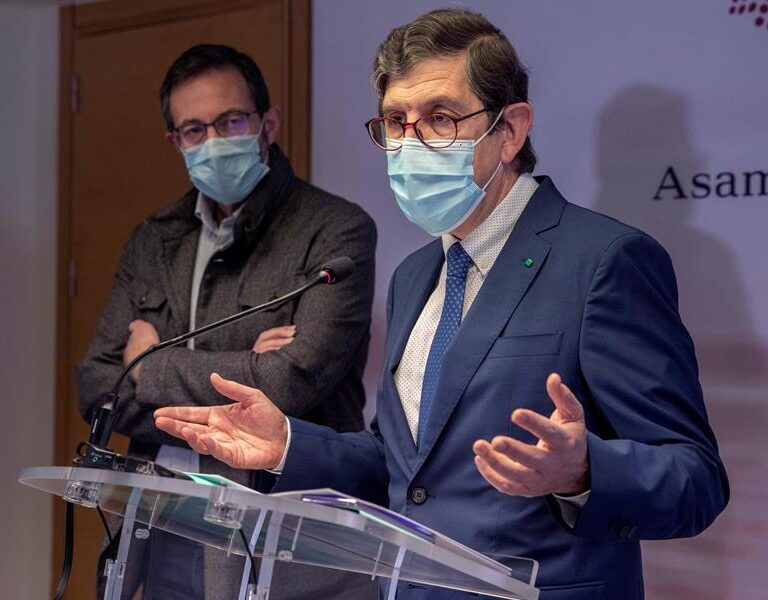 La Fiscalía archiva la investigación contra el ex consejero de Murcia que dimitió tras vacunarse