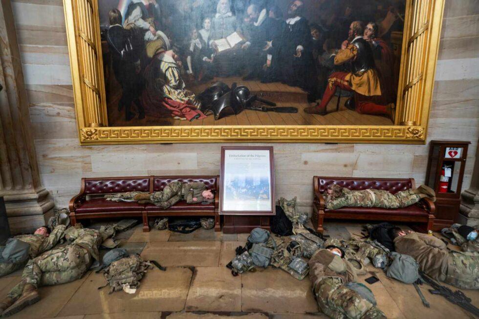 Miembros de la Guardia Nacional intentan dormir dentro del Capitolio de EEUU en Washington.