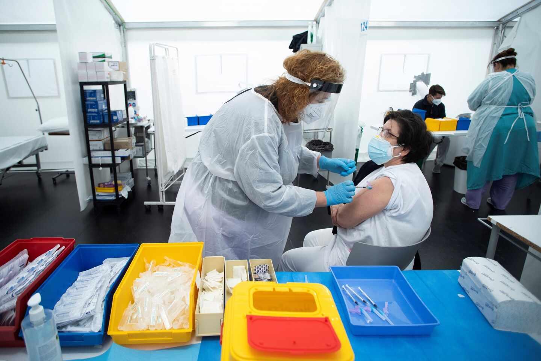Sanitarios de Castellón se vacunan contra el Covid-19 en un Hospital de Campaña de la ciudad.