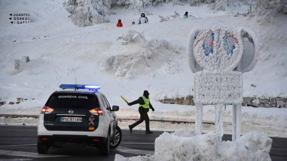 La Guardia Civil dirige el tráfico en Navacerrada (Madrid).