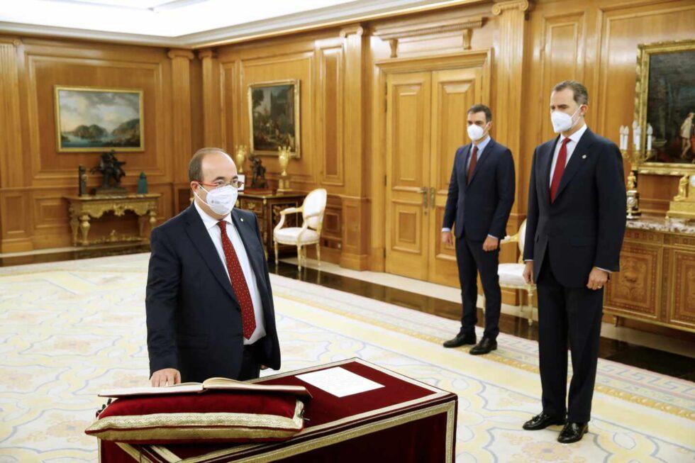 El nuevo ministro de Política Territorial y Función Pública, Miquel Iceta, promete su cargo.