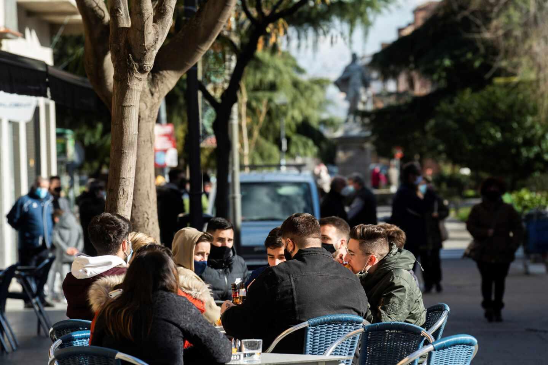 Varias personas en una terraza de San Fernando de Henares, Madrid.