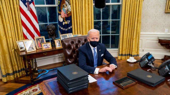 El nuevo presidente de los Estados Unidos, Joe Biden, durante la firma de varias órdenes en sus primeros minutos en el Despacho Oval de la Casa Blanca, este jueves.