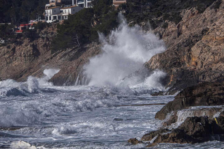 Hortensia amaina tras dejar viento huracanado de 180 km/h y olas de 7 metros