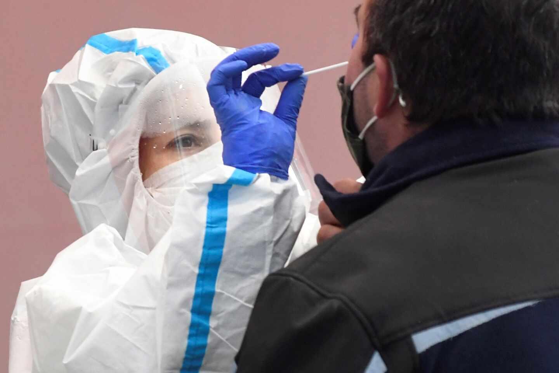 Una sanitaria toma una muestra durante el cribado masivo en Cantalejo (Segovia).