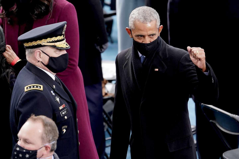 El ex presidente Barack Obama saluda a los asistentes de la investidura de Joe Biden.