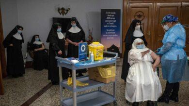 Las CCAA vacunan a contrarreloj para sortear la tercera ola en las residencias