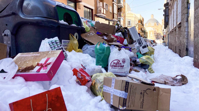 Basura acumulada en las calles en el barrio de Tetuán