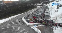 La Guardia Civil corta el acceso a los puertos de Navacerrada y Cotos, abarrotados desde primera hora