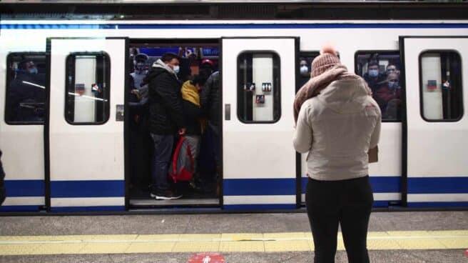 Detenido por agredir con su cinturón en el metro a una persona pensando que le grababa