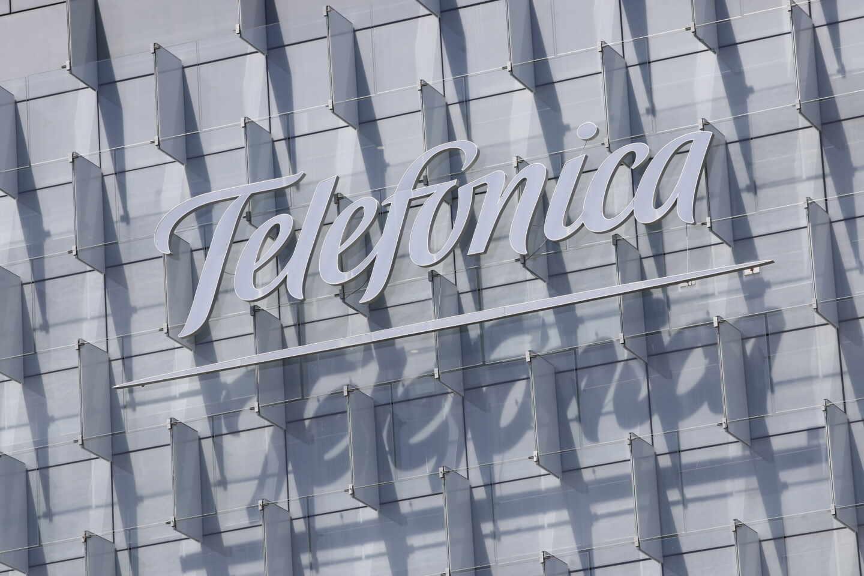 Logo de Telefónica insertado en el edificio de su sede, en la Ronda de la Comunicación de Madrid