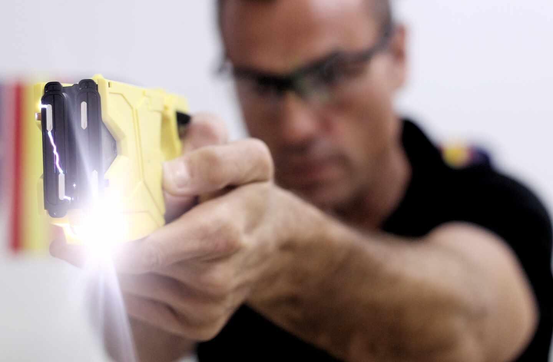 Un policía hace una demostración del funcionamiento de la pistola táser en la sede del SUP.