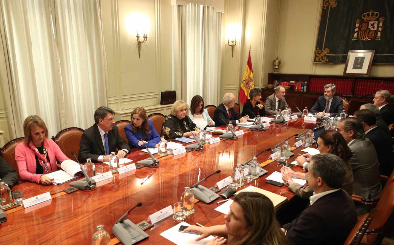 El presidente del Consejo General del Poder Judicial, Carlos Lesmes, preside una reunión del CGPJ.