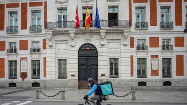 Un 'rider' de Deliveroo circula por la Puerta del Sol.